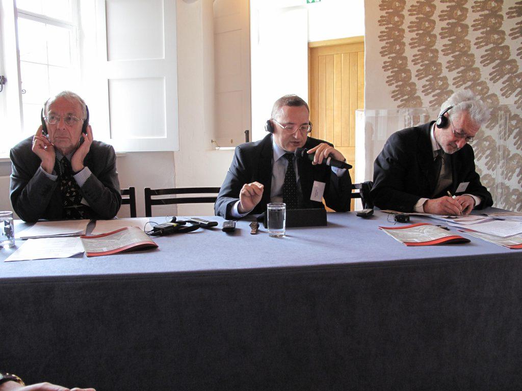 С докладом на семинаре выступает директор ИНИР С.Д. Бодрунов